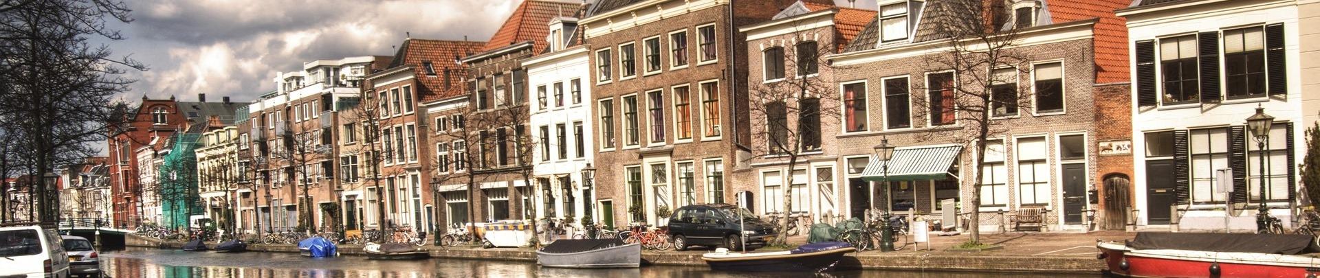 Gracht met mooie oude huizen